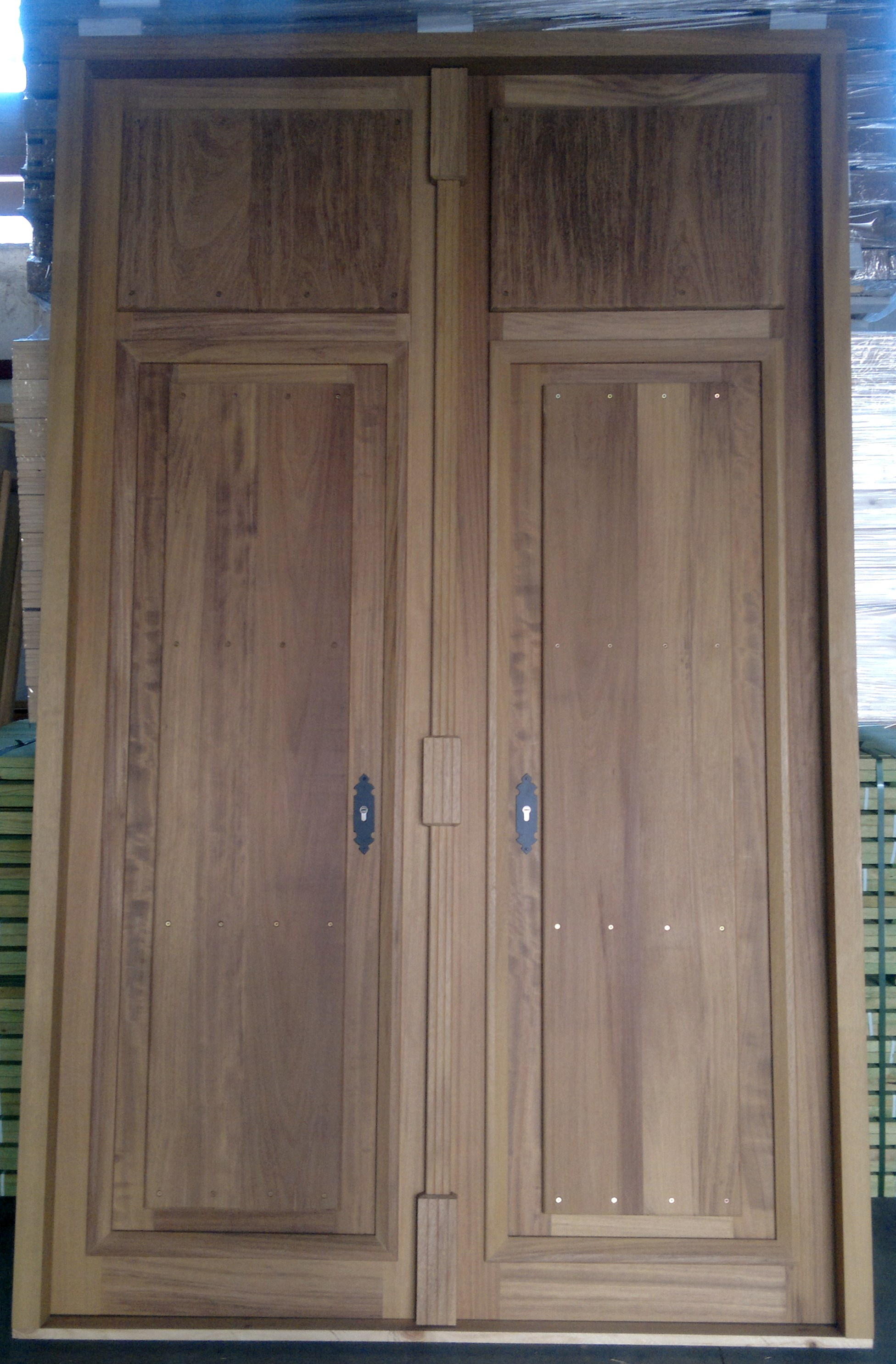 Puertas de entrada de madera rusticas puerta clavos con for Puerta entrada madera