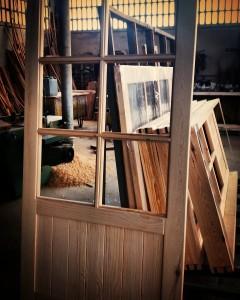 Fabricación de puertas de madera.