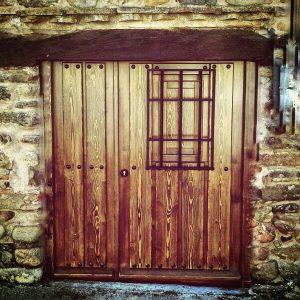 Puerta rústica, fabricada a medida, con vierte aguas.