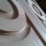 Detalle de carpintería de madera especializada.