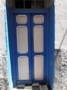 Puerta plafonada de madera pintada en dos colores.