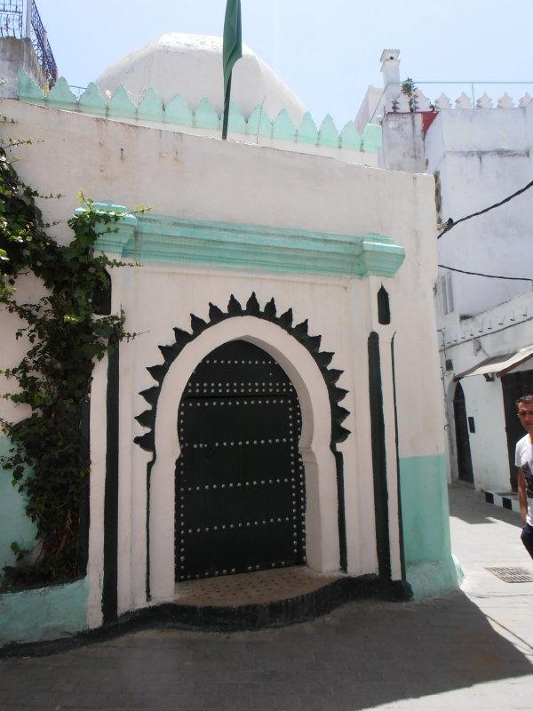 Puerta de entrada en forma de arco y con clavos a blog for Puertas en forma de arco
