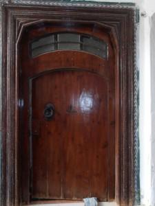 Puerta de entrada con fijo .