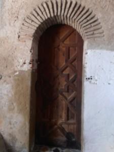 Puerta de entrada con arco.