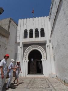 Puerta de entrada con arco .