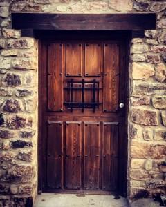 Puerta de entrada, modelo clavos partida, con reja .