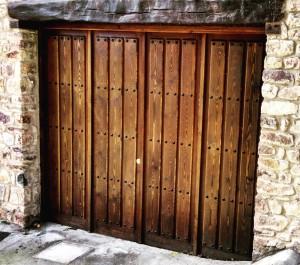 Puerta de garaje rústica.