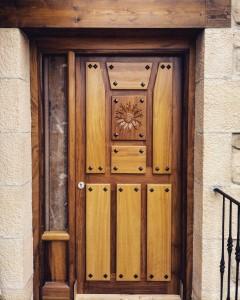 Puerta de entrada modelo clavos, con un fijo lateral.