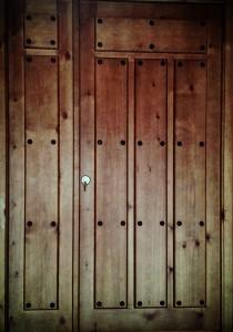 Puerta de entrada de madera.